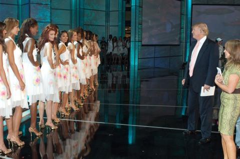 Donald Trump visita a las concursantes