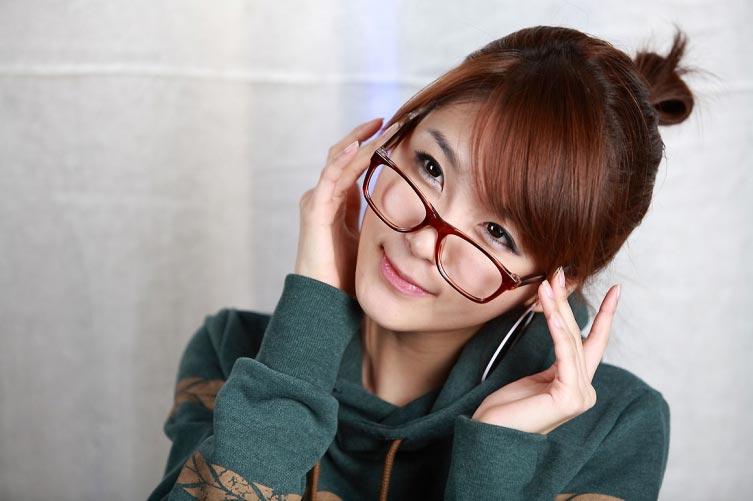 Азиатка в очках
